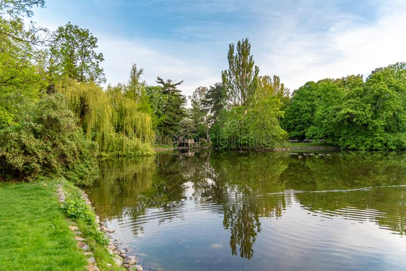 O parque Ujazdowski ? um dos parques os mais pitorescos de Vars?via, Pol?nia foto de stock