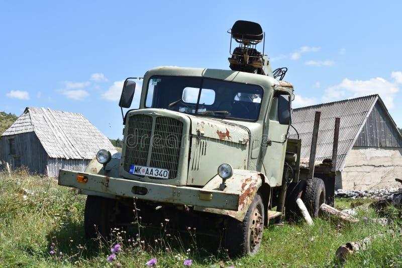 O parque velho, oxidado do caminhão na vila imagens de stock royalty free