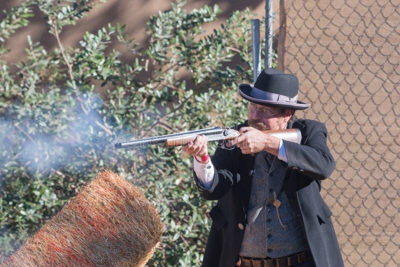 O participante vestiu-se no traje do vaqueiro do período, retratando o gunfig imagens de stock
