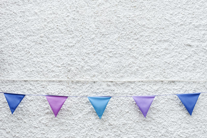 O partido colorido embandeira a estamenha que pendura no fundo branco da parede Projeto mínimo do estilo do moderno fotografia de stock royalty free