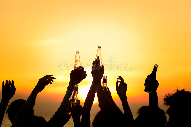 O partido da praia dos amigos bebe o conceito da celebração do brinde fotografia de stock