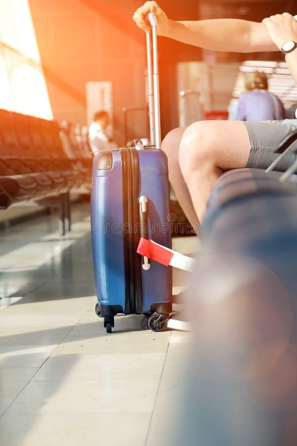 O passageiro está esperando o voo atrasado no aeroporto foto de stock royalty free