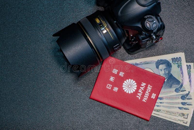 O passaporte de Japão dinheiro da cédula de 1000 ienes é inserção no passaporte foto de stock royalty free
