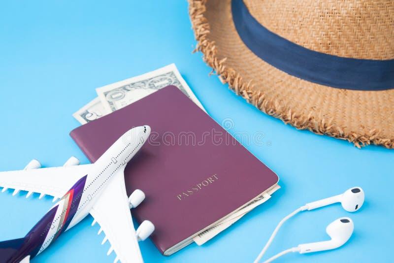 O passaporte, o dinheiro, o chapéu do staw e o avião brincam, curso criativo concentrado fotos de stock royalty free