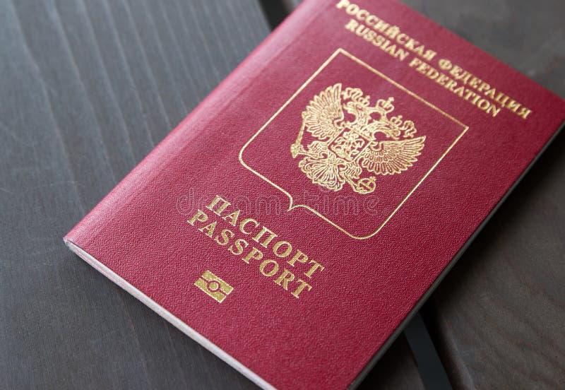 O passaporte vermelho da Federação Russa em um fundo cinzento imagens de stock royalty free