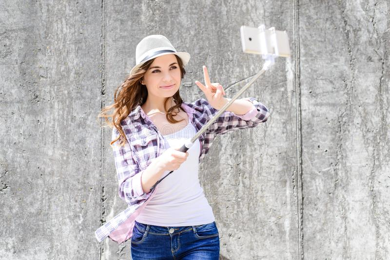 O passatempo dos povos da pessoa como quer o conceito da mania do selfie Feche acima do por foto de stock