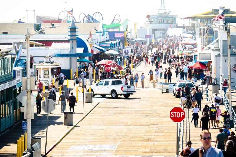 O passeio à beira mar aglomerado ocupado em Santa Monica Pier em Califórnia do sul imagens de stock royalty free
