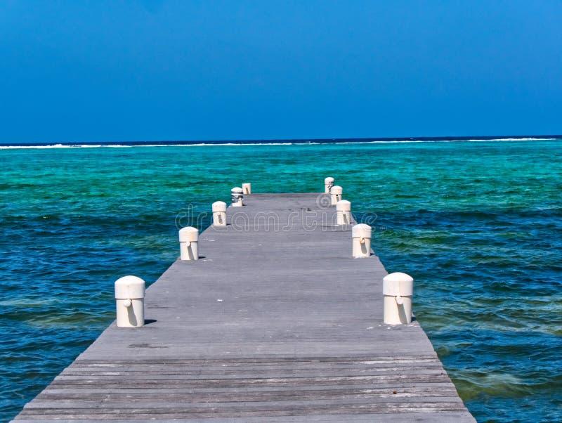 O passeio à beira mar conduz para fora ao oceano, à calma e à vista de relaxamento fotografia de stock royalty free
