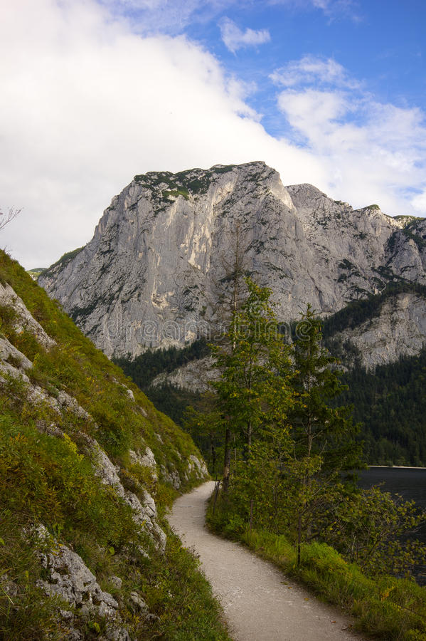 O passeio ao longo do lago de Altaussee, Áustria foto de stock royalty free