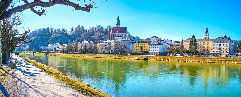 O passeio de passeio ao longo do rio de Salzach em Salzburg, Áustria fotografia de stock royalty free