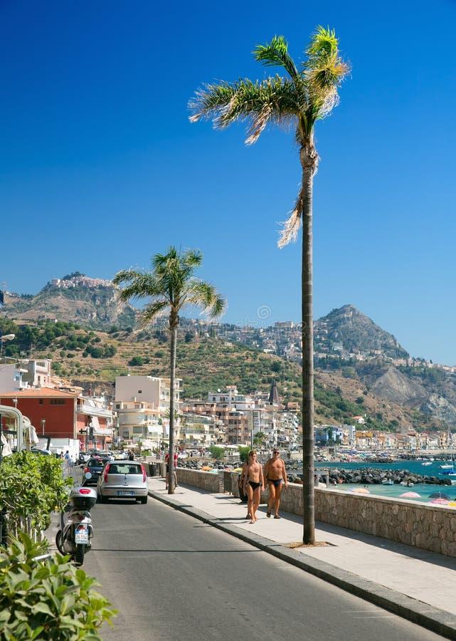 O passeio principal do turista de Giardini Naxos na ilha de Sicília Itália foto de stock royalty free