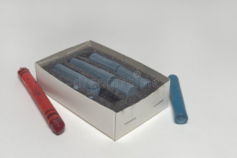 O pastel pastel na esponja em uma caixa e em uma cera colorida velha risca o arou fotos de stock