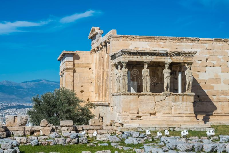 O patamar das cariátides no templo de Erechtheion no Acro imagens de stock royalty free
