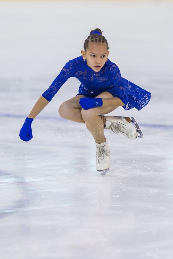 O patinador artística fêmea de Bielorrússia Eva Korral- Goronovskaya executa Cubs um programa de patinagem livre das meninas imagens de stock