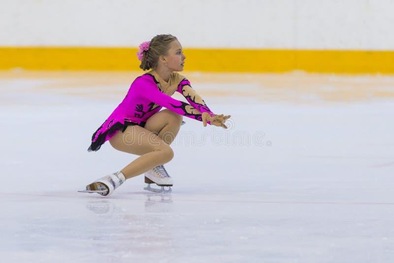 O patinador artística fêmea de Bielorrússia Nikol Dvornikova Performs Cubs meninas livra o programa de patinagem no copo da arena imagem de stock royalty free