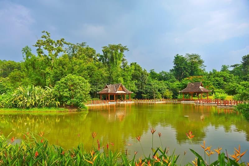 O pavilhão da beira do lago imagens de stock royalty free