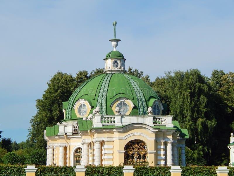 O pavilhão da gruta no conjunto arquitetónico Kuskovo do parque, Moscou fotografia de stock