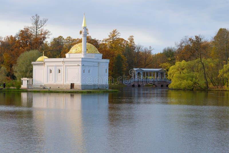 O pavilhão do banho turco e a ponte de mármore na grande lagoa em um dia nebuloso de outubro outono em Tsarskoye Selo imagens de stock