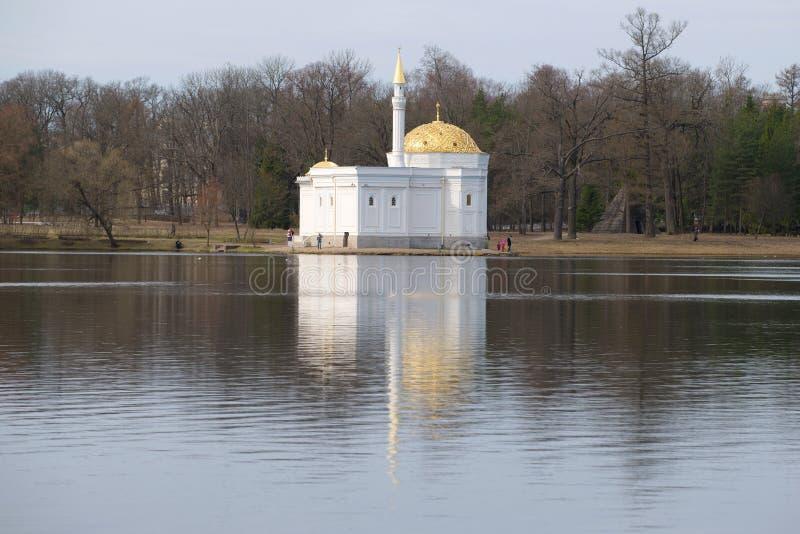 O pavilhão do banho turco na grande lagoa do parque de Catherine, dia nebuloso de abril Tsarskoye Selo imagem de stock