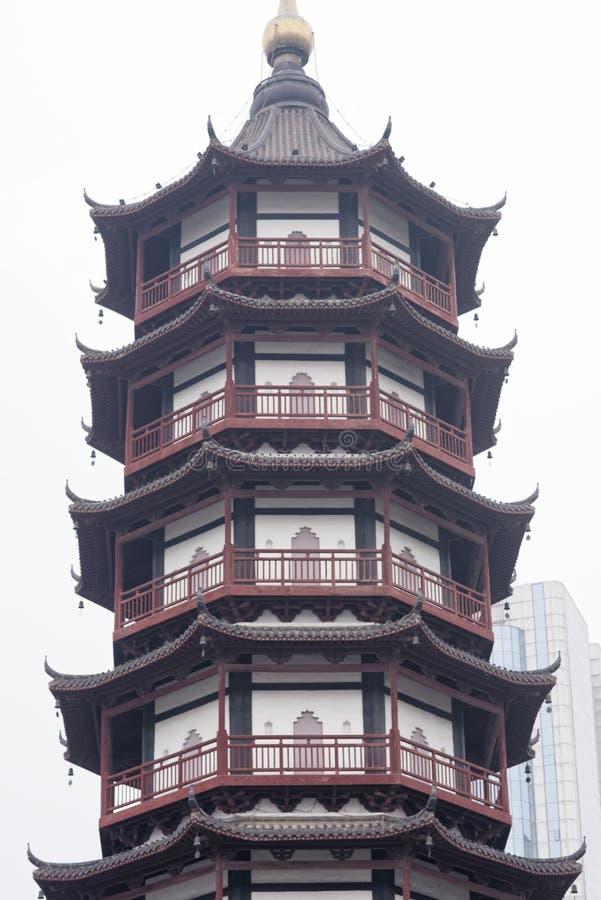 O pavilhão do estilo da torre do tijolo - torre típica de Jiangnan Shengjin do chinês imagem de stock