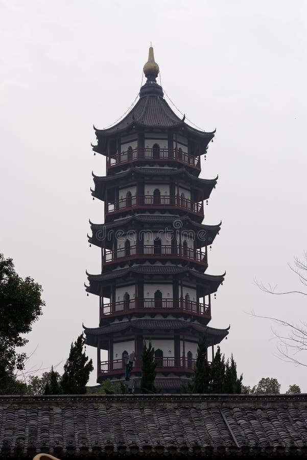 O pavilhão do estilo da torre do tijolo - torre típica de Jiangnan Shengjin do chinês foto de stock