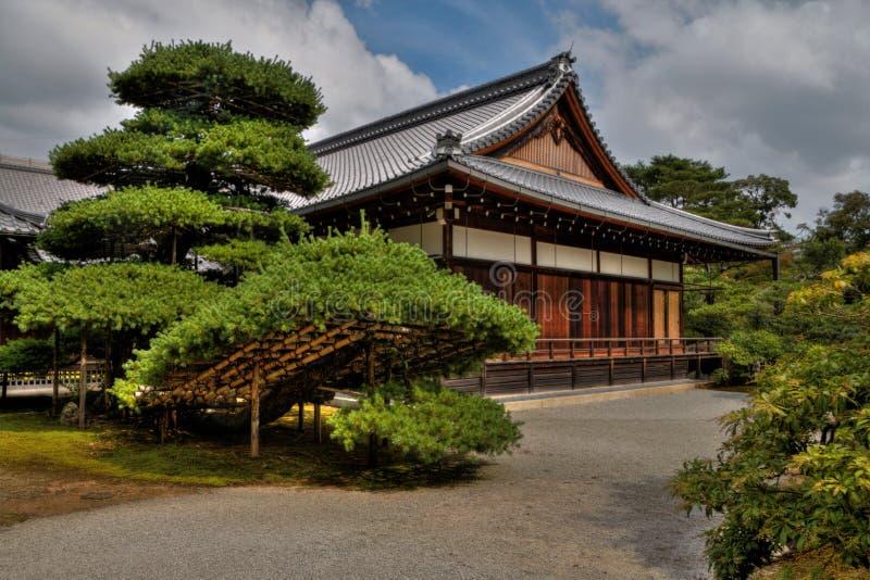 O pavilhão dourado é um destino popular do turismo em Japão imagens de stock royalty free