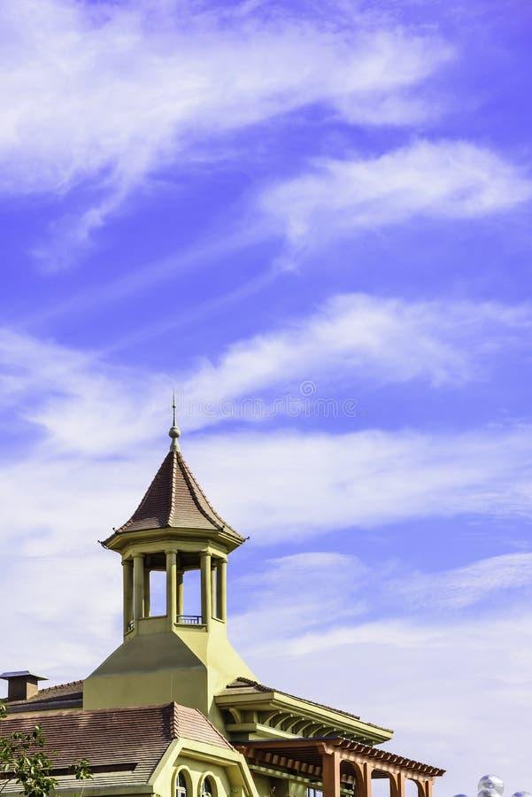O pavilhão no telhado e nas nuvens imagem de stock royalty free