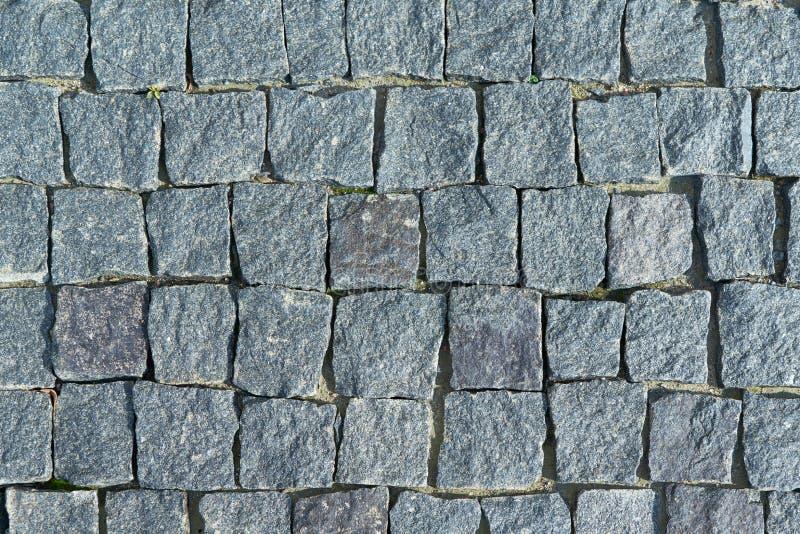O pavimento colocou com os godos de pedra quadrados do granito foto de stock