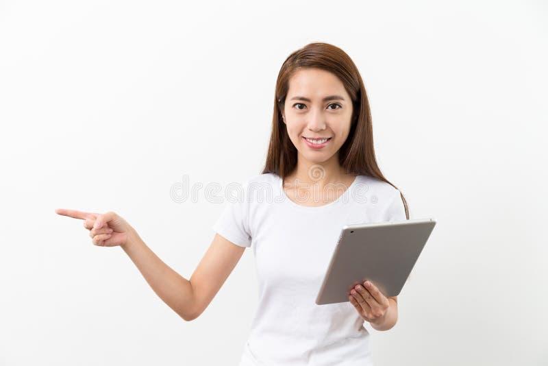 O PC e o dedo da tabuleta do uso da mulher apontam um lado fotos de stock royalty free