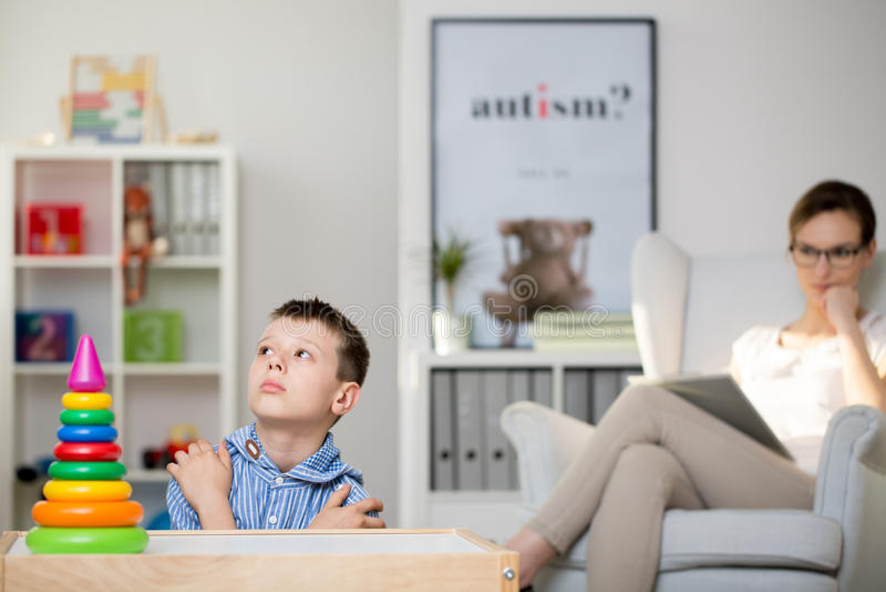 O pedagogo observa o doente do menino da síndrome do ` s de Haller imagem de stock royalty free