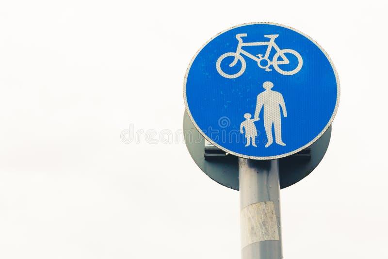 O pedestre e o ciclismo compartilharam da foto azul do sinal da pista foto de stock royalty free
