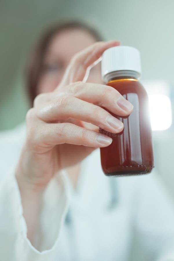 O pediatra recomenda o xarope do paracetamol para o tratamento médico de pacientes do bebê fotos de stock royalty free