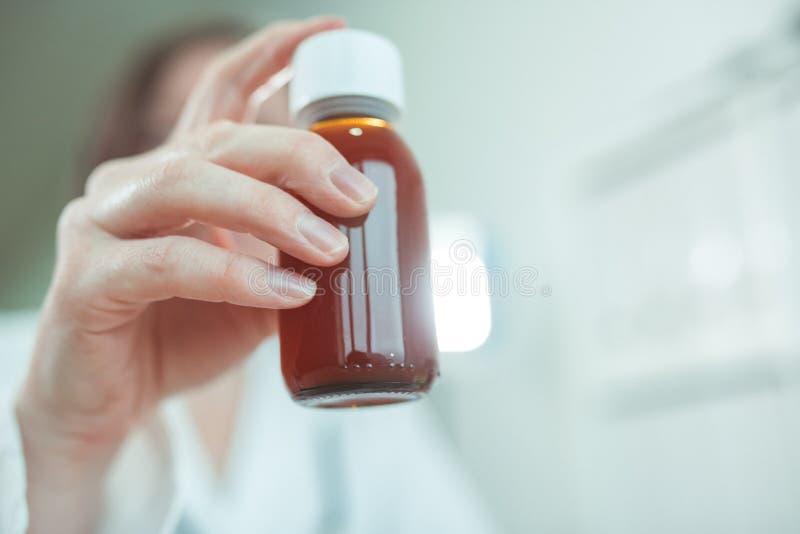 O pediatra recomenda o xarope do paracetamol para o tratamento médico de pacientes do bebê imagens de stock royalty free