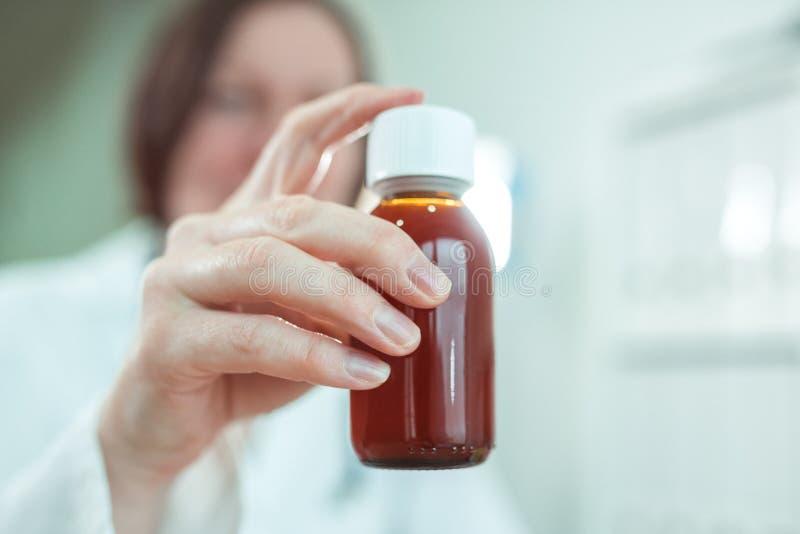O pediatra recomenda o xarope do paracetamol para o tratamento m?dico de pacientes do beb? fotos de stock royalty free