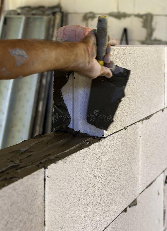 O pedreiro executa uma alvenaria interna obstrui o concreto ventilado fotos de stock royalty free