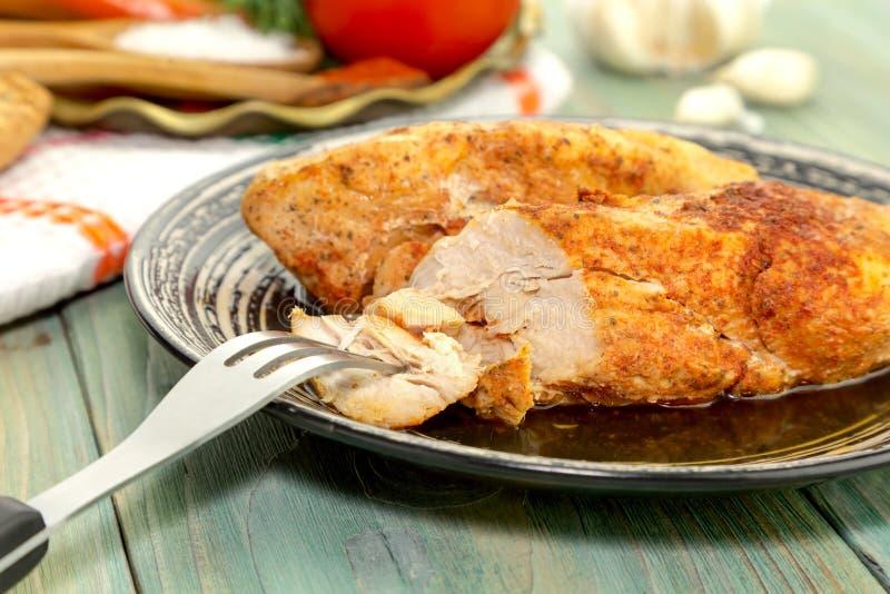O peito de frango cozido com especiarias imagem de stock