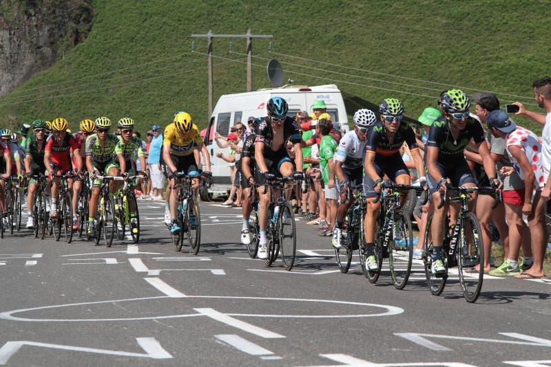 O peloton principal dos líderes no Tour de France imagens de stock