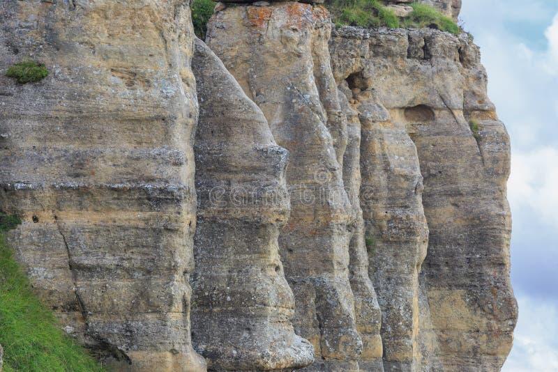 O penhasco completo do cume rochoso da região montanhosa imagem de stock