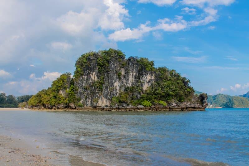 O penhasco da rocha da pedra calcária na baía de Krabi, a baía do Ao Nang, Railei e Tonsai encalham Tailândia fotos de stock royalty free