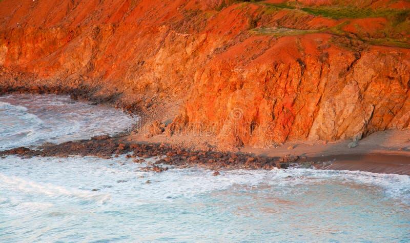 O penhasco do beira-mar banhou-se na luz da tarde em Pomos, Chipre fotografia de stock