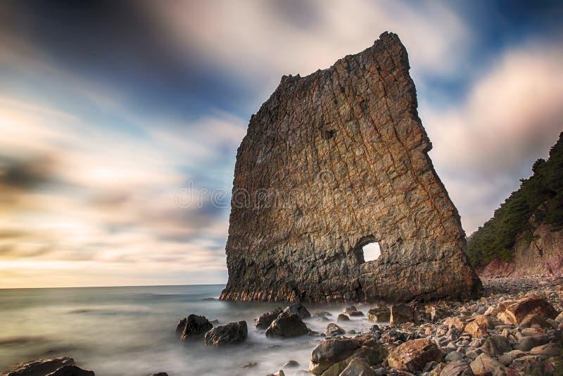 O penhasco vertical com interior do furo nomeou o Parus de Skala na costa do Mar Negro fotos de stock royalty free