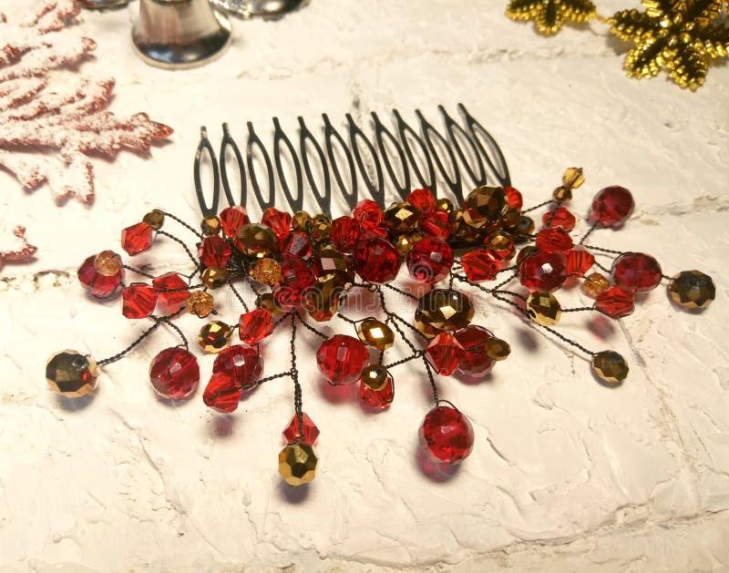 O pente do vermelho de cristal e do ouro perla acessórios imagem de stock royalty free
