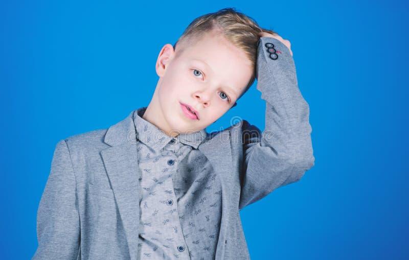 O penteado moderno do menino veste o fundo azul do terno formal do estilo Indiv?duo seguro para apreciar o equipamento elegante T foto de stock royalty free