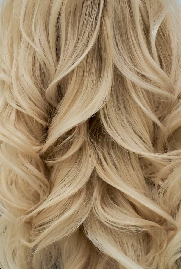 O penteado na moda com tece ondas louras Fim acima fotos de stock royalty free