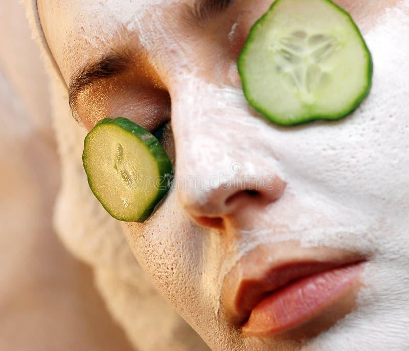 O pepino relaxa a máscara fotografia de stock
