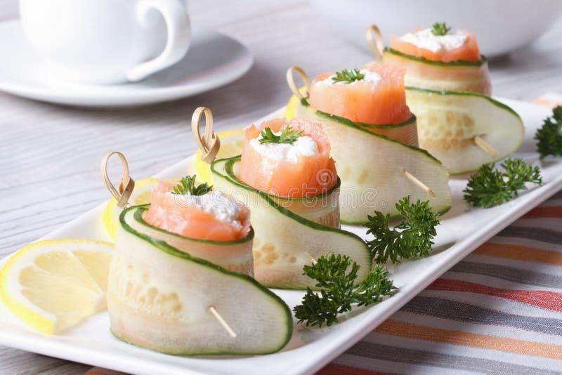 O pepino rola com salmões, close up do queijo creme horizontal imagens de stock
