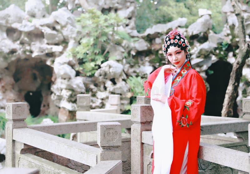O Pequim chinês Opera de Peking da atriz de Aisa do close-up traja o jardim China que do pavilhão o vestido tradicional do jogo d foto de stock royalty free