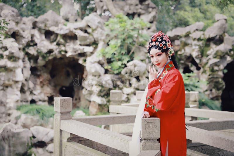 O Pequim chinês Opera de Peking da atriz de Aisa do close-up traja o jardim China que do pavilhão o vestido tradicional do jogo d fotografia de stock royalty free