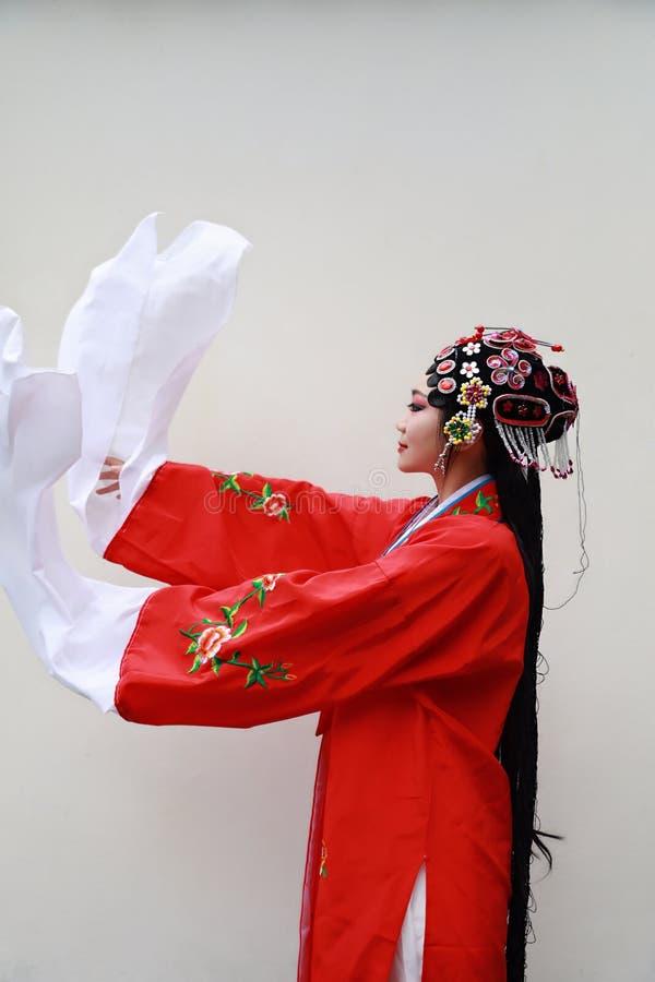 O Pequim chinês Opera de Peking da mulher de Aisa traja do fundo branco tradicional do drama do papel de China do jardim o close- fotografia de stock
