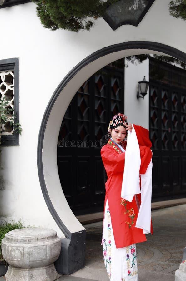 O Pequim chinês Opera de Peking da mulher de Aisa traja o jogo tradicional do drama do papel de China do jardim do pavilhão foto de stock royalty free